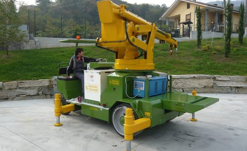 Mobile cranes for lifting loads up to 12.500 kg.