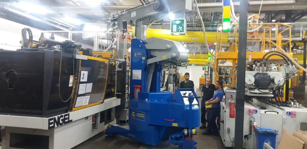 Macchina per sollevamento stampi con portata fino a 5.000 kg.