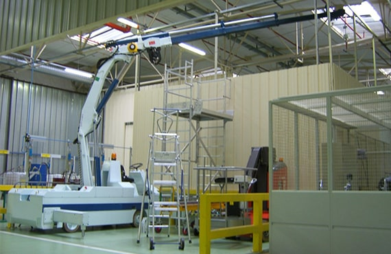 Self-propelled crane with turret rotation for the automotive sector.